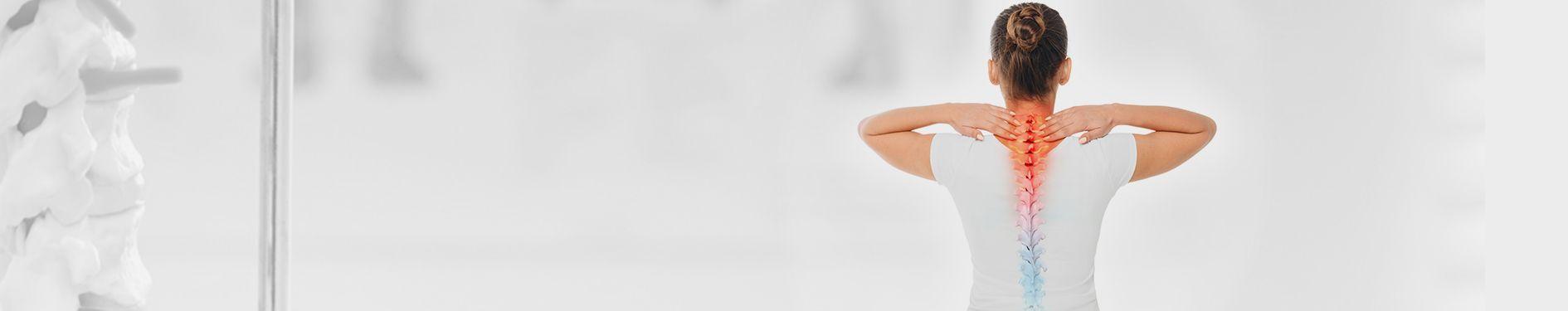 Kobieta trzymająca się za kark